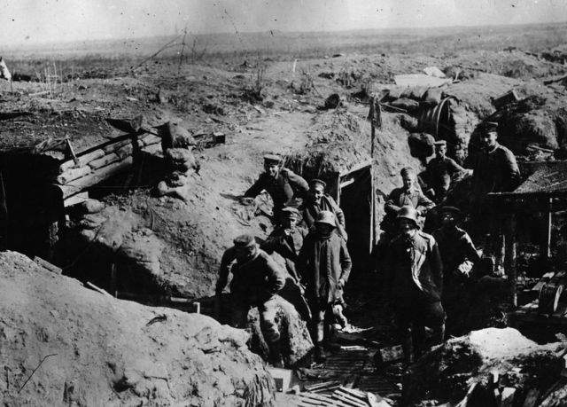 Las tropas alemanas fuera de sus refugios subterráneos en el Somme.