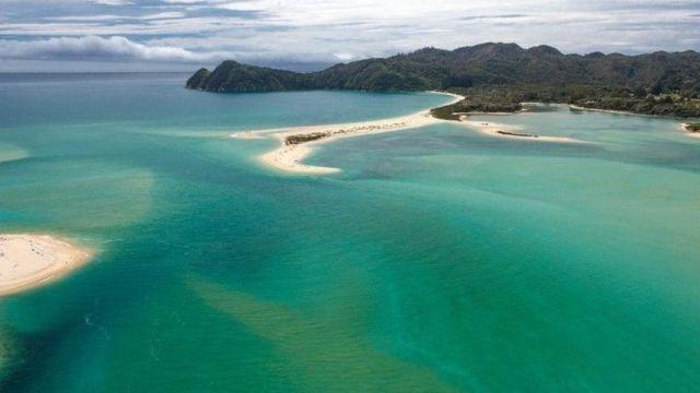 Imagem aérea da praia de Awaroa, feita em fevereiro de 2016
