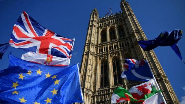 Banderas a favor y en contra del Brexit