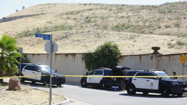 Vehículos de la policía cerca de la casa de Chris Brown