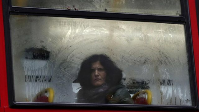 Эта женщина в автобусе смотрит на вас - вы чувствуете это спиной. Или все-таки не спиной?