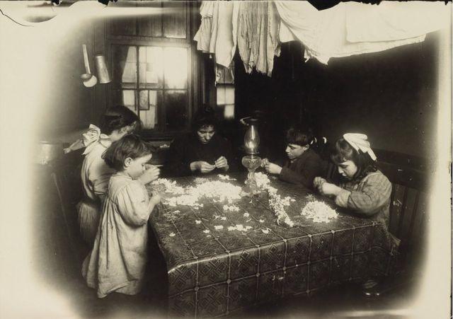 Дети в мастерской искусственных цветов, Нью-Йорк, 1912 год