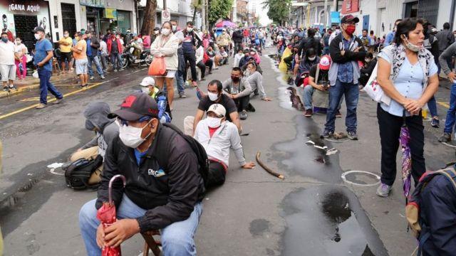Queue of persons in Iquitos.