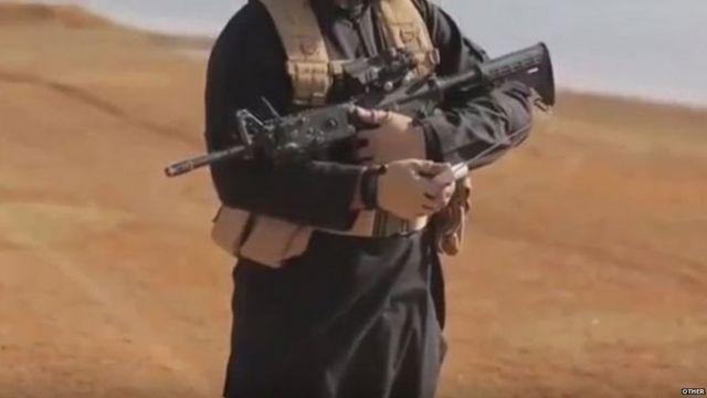 वीडियो में इस्लामिक स्टेट का एक चरमपंथी रिमोट के सहारे आग लगाता है