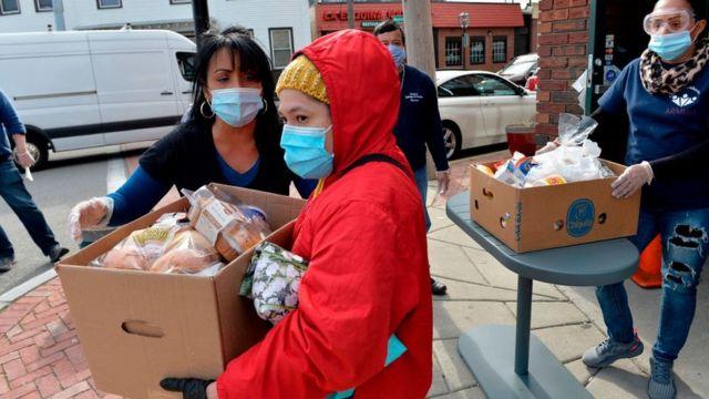 Un grupo de mujeres reparten comida en Chelsea, Massachusetts, en abril de 2020.