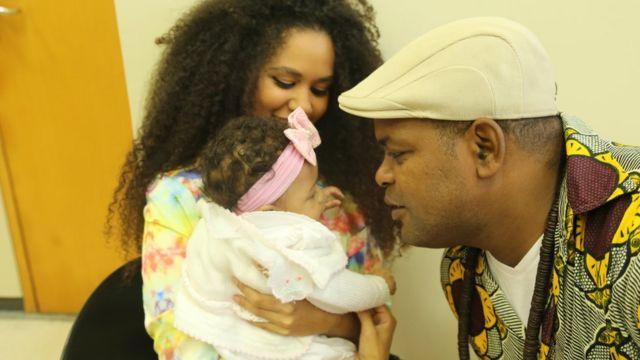 Cizinho Afreeka e Jéssica Juliana de Paula da Silva com a filha Makeda Foluke