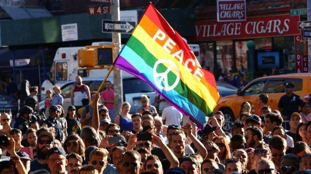 Hubo numerosos homenajes a las 49 víctimas del ataque en un bar gay en Orlando.
