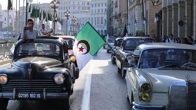 جزائريون يحتفلون بالذكرى الـ64 لاندلاع الثورة الجزائرية