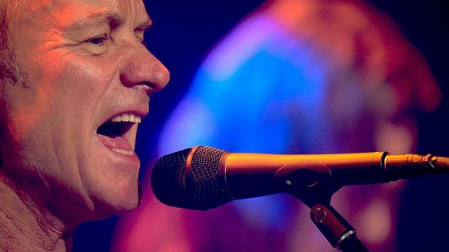 Sting cantando.