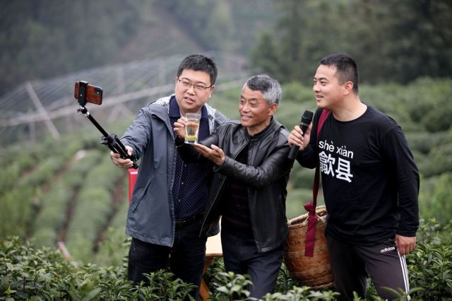 Poverty alleviation officials in Shexian County, Anhui Province used live broadcasts to help tea farmers.