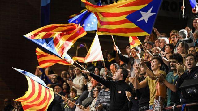 Gente con banderas independentistas