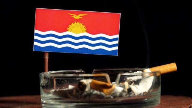 Bandera de Kiribati y un cenicero.