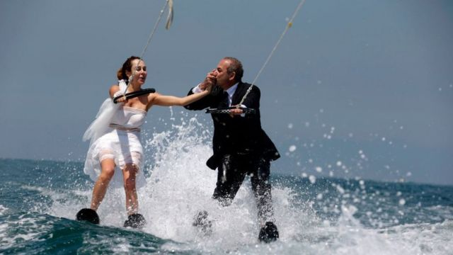 زوجان لبنانيان في جونية، شمالي بيروت، بعد عودتهما من قبرص حيث تزوجا