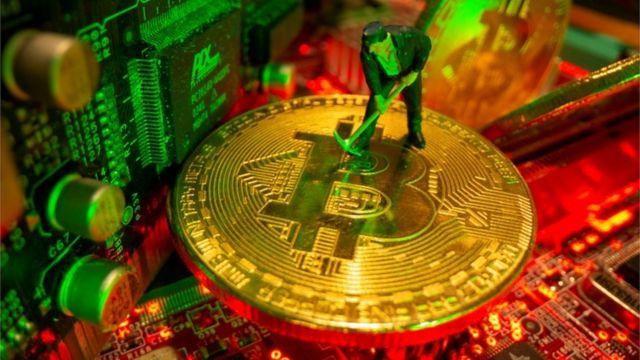 Representação gráfica da Bitcoin com figura de brinquedo em posição de mineração