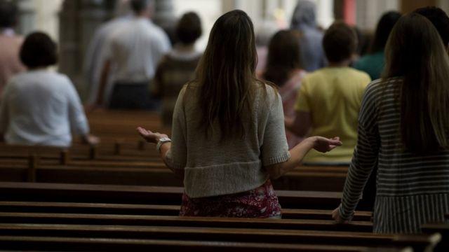Feligreses oran en una misa en Pensilvania.