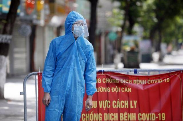 Một người đàn ông mặc thiết bị bảo vệ cá nhân trong khu vực cách ly ở Hà Nội, ngày 13 tháng 8 năm 2021