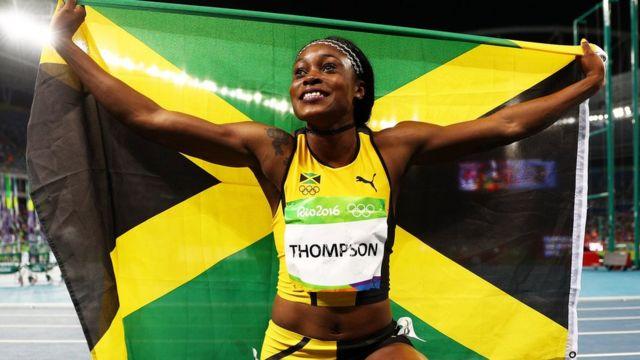 Thompson con la bandera de Jamaica