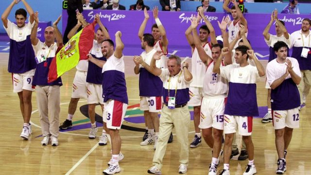 España celebra su medalla de oro en Sidney.