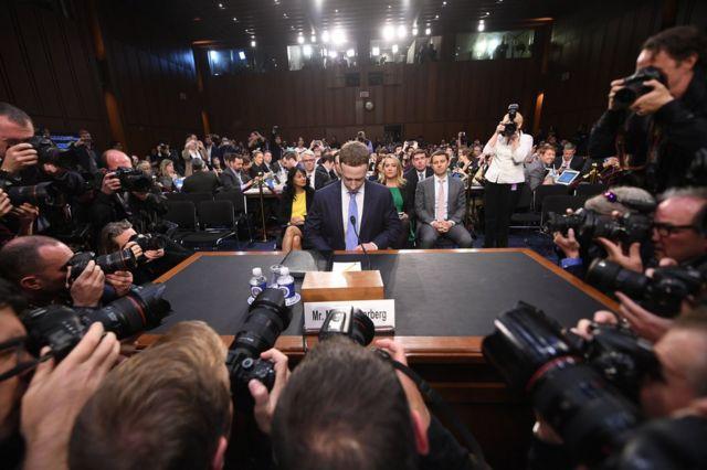 馬克·扎克伯格在攝影記者前就坐。