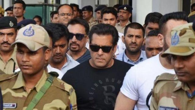 Salman Khan as e bin dey enter court with police around am