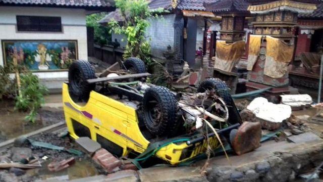 Цунами разрушало дома и переворачивало автомобили