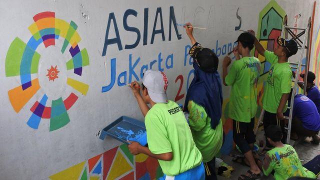 Anggota pramuka mengecat tema Kampung Kelir di Lingkungan Sumberdandang, Kebonsari, Sumbersari, Jember, Jawa Timur, Rabu (1/8).