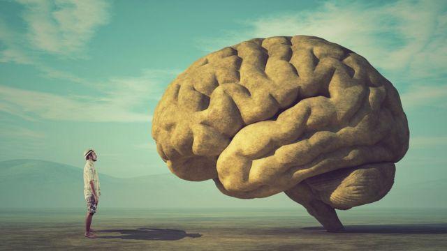 Imagen de hombre frente al cerebro.