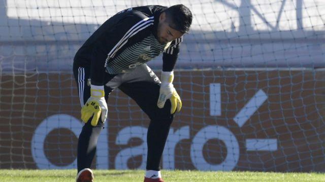 Romero estira en un entrenamiento con la selección argentina.