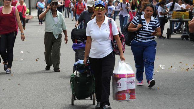 Venezolanos cruzando a Colombia en busca de productos básicos