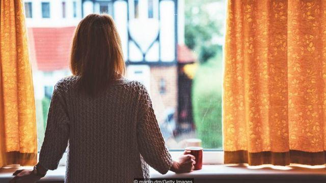 女子眺望窗外