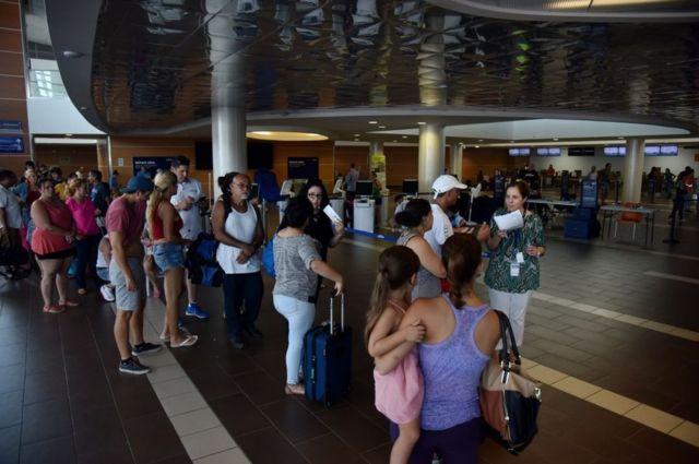Miles han estado durmiendo en el aeropuerto esperando salir de San Juan
