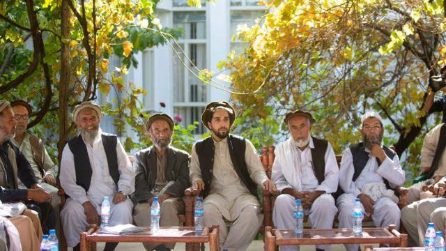 أحمد مسعود (وسط)