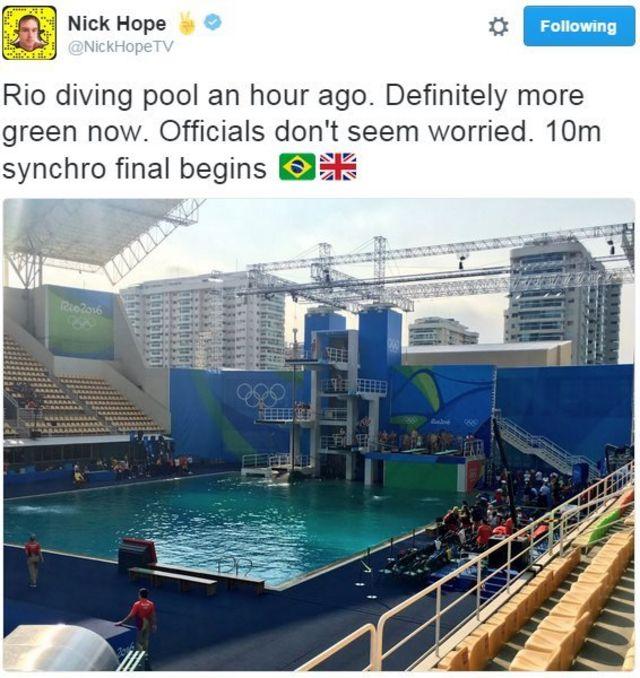 「プールの水は1時間前に比べて明らかに緑色になったけど、主催者は心配していない様子」と書かれたツイート
