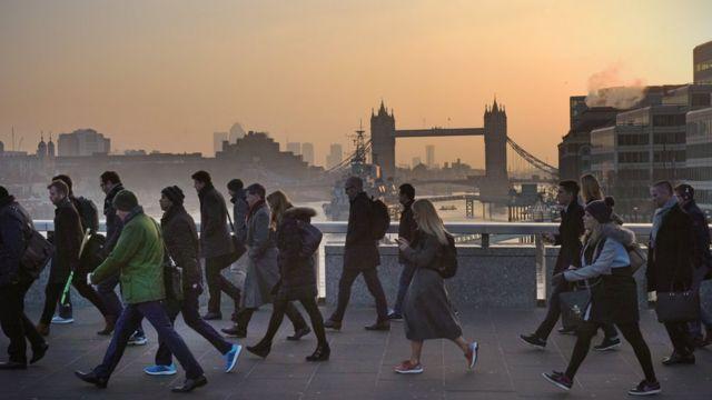 倫敦橋上行人匆匆