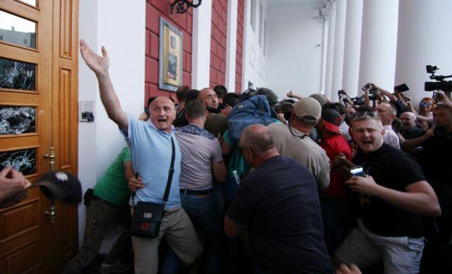 """Под мэрию пришли активисты и родственники детей, находившихся в лагере """"Виктория"""""""