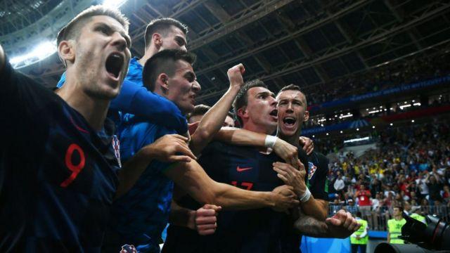 Хорватские футболисты празднуют победу
