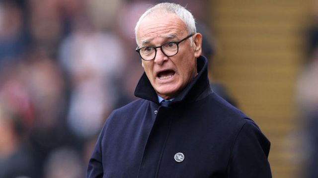 Claudio Ranieri makes a point to his players
