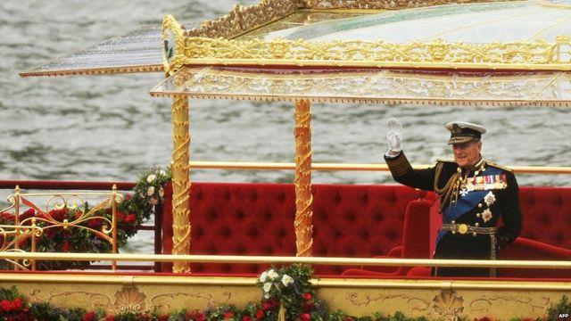 رافق الأمير فيليب الملكة على متن الزورق الملكي أثناء الابحار في نهر التايمز خلال الاحتفال باليوبيل الماسي في 3 يونيو/حزيران 2012.