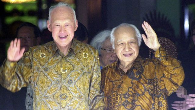 Lee Kuan Yew (L) and former Indonesian dictator Suharto meeting in Jakarta, 22 February 2006