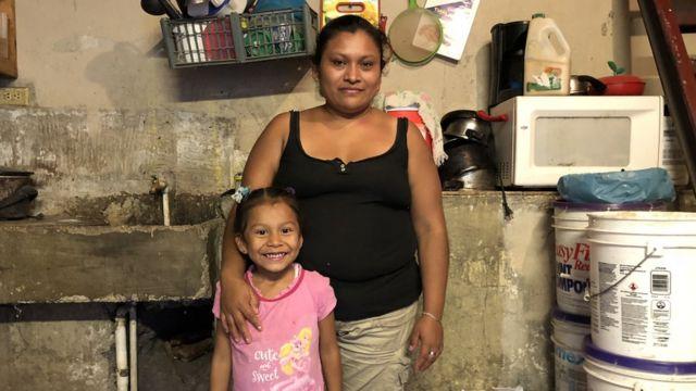 Ángela Chamorro con una de sus hijas