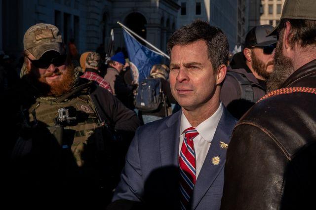 El delegado estatal John McGuire