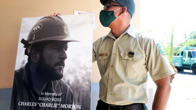 Geçen Eylül ayında, San Bernardino yangınıyla mücadele ederken hayatını kaybeden itfaiyeci Charles Morton için bir anma töreni düzenlenmişti.