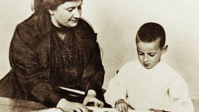 Montessori con un niño siguiendo su método.