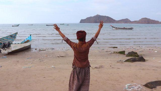 Pescador em praia iemenita