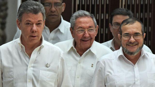 Президент Хуан Мануэль Сантос (слева), кубинский лидер Рауль Кастро (в центре) и Тимоченко (слева)