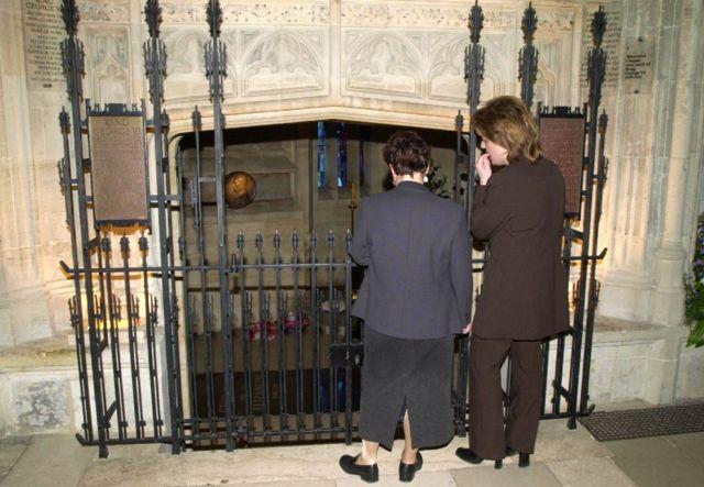 القبو الذي دُفن فيه جورج السادس والملكة إليزابيث جنبا إلى جنب مع الأميرة مارغريت