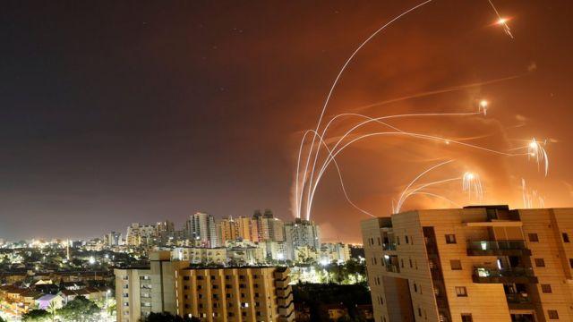 El sistema de defensa antiaéreo de Israel intercepta los cohetes lanzados por los combatientes palestinos desde Gaza.