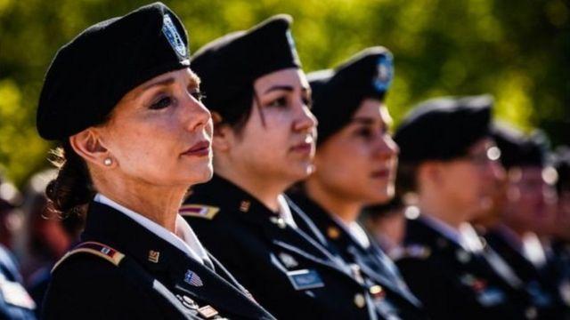 """Des officiers féminins photographiés en 2017 lors de la célébration de """"Women in Military Service for America"""", l'entrée des femmes dans le service militaire américain."""
