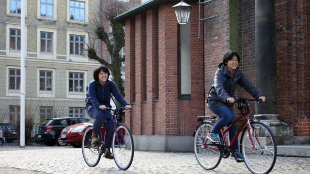 덴마크에서 자전거 타는 모습. 둘은 아이를 가지려고 덴마크에서 2년간 지냈다