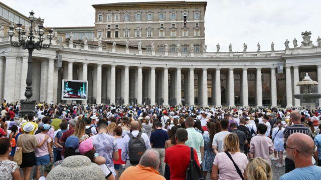 Papa Francesco, ameliyata girmeden önce Vatikan'da ziyaretçilere hitap etti.